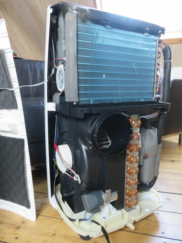 Mobile Klimaanlage Innenansicht: Verdampfer, Gebläse für Fortluft und Verflüssiger, De'Longhi Pinguino PAC EX100 Silent