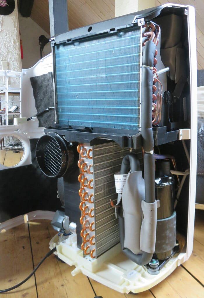 Mobile Klimaanlage Innenansicht: Verdampfer, Kompressor und Verflüssiger, De'Longhi Pinguino PAC EX100 Silent