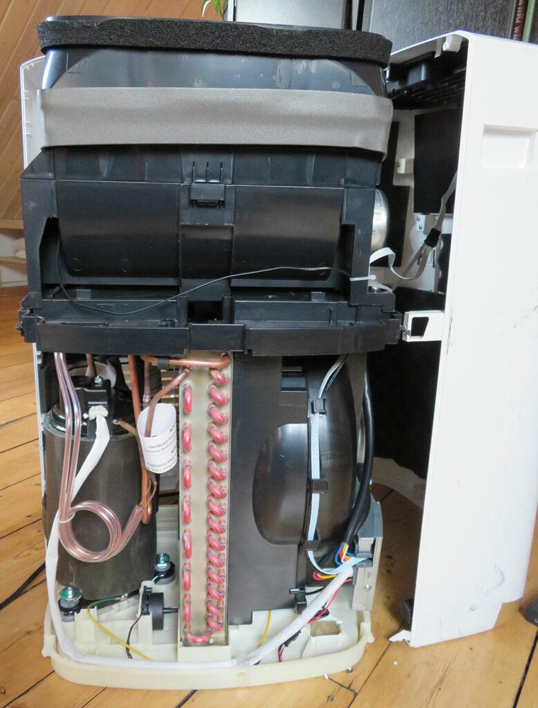 Mobile Klimaanlage Innenansicht - Vorderansicht: Kondensator, Kompressor, Expansionsventil De'Longhi Pinguino PAC EL98 ECO